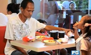 Người cha nhìn con ăn được trị bệnh, ăn gà rán miễn phí