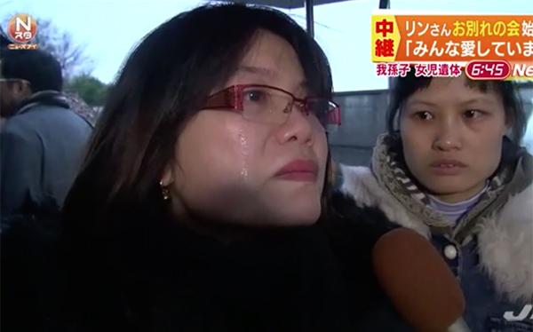 Một người dân Nhật Bản không kìm được nước mắt khi bày tỏ niềm thương tiếc dành cho bé N.L.