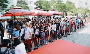 Fan nối đuôi từ sớm chờ mua album đầu tay của Sơn Tùng M-TP