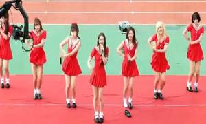 Sao Kpop dở khóc dở cười vì sự cố 'bay giày' trên sân khấu