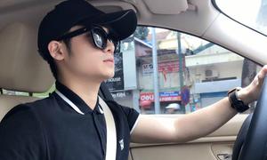 'Soái ca sơ mi đen' gây sốt khi vừa lái xe vừa hát