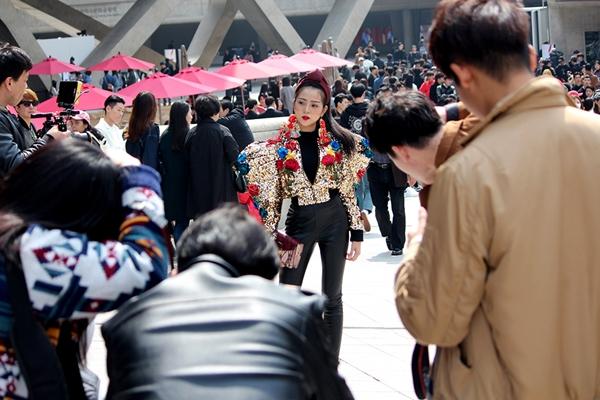 trang-phuc-tam-trieu-dang-tai-seoul-fashion-week-duoc-hoa-si-quoc-te-phac-hoa