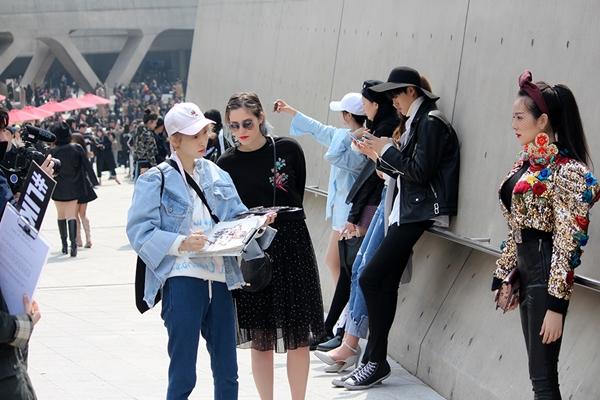 trang-phuc-tam-trieu-dang-tai-seoul-fashion-week-duoc-hoa-si-quoc-te-phac-hoa-1