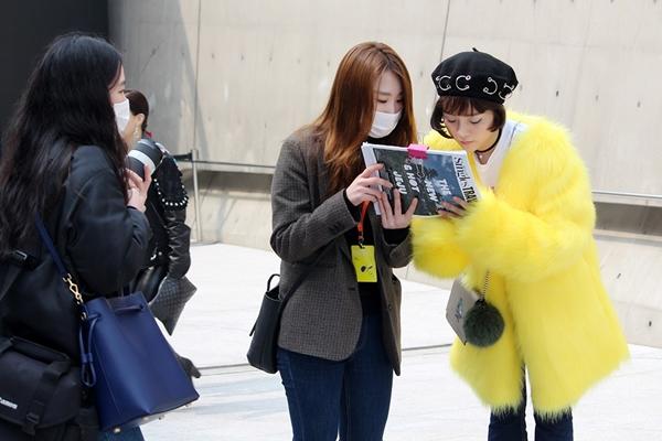 trang-phuc-tam-trieu-dang-tai-seoul-fashion-week-duoc-hoa-si-quoc-te-phac-hoa-4