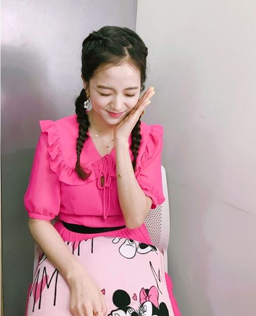 sao-han-4-4-tiffany-khoe-chan-thon-nho-ji-soo-tet-toc-nhu-thieu-nu-1