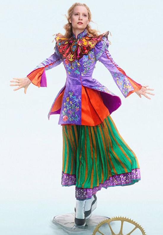 Alice trong phần phim mới được mặc trang phục lấy cảm hứng từ Trung Hoa.
