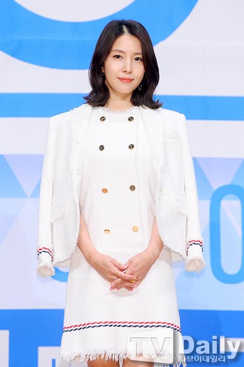 sulli-khoet-lung-goi-cam-park-shin-hye-gian-di-12