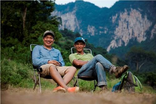 Đạo diễn Lương Đình Dũng và nhà quay phim Lý Thái Dũng trên phim trường Cha cõng con.