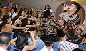 Noo Phước Thịnh bị fan nữ ở Singapore đua nhau giành giật