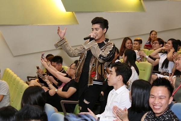 noo-phuoc-thinh-bi-fan-nu-singapore-gianh-giat-trong-buoi-offline-3