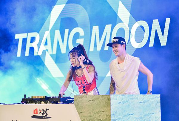 trang-moon-thap-nhang-cung-to-truoc-gio-len-san-khau-2