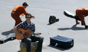Scandal 'đập vỡ cây đàn' của United Airlines và sự ra đời một ca khúc nổi tiếng