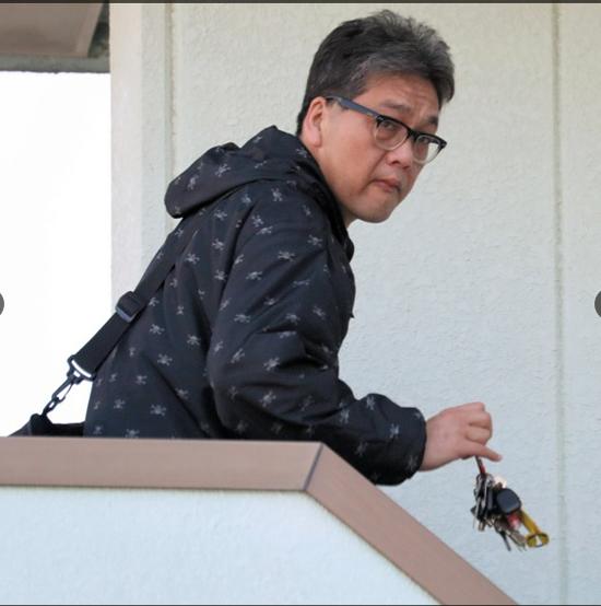 Nghi phạm Shibuya Yasumasa rời khỏi nhà riêng vào lúc 7:47 sáng 14/4, trước khi bị cảnh sát vây bắt.