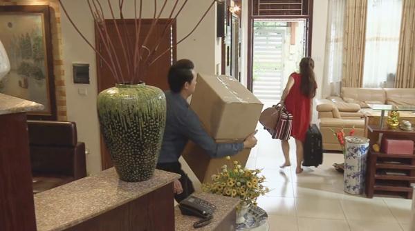 Cảnh Thanh và Vân dọn đồ ra khỏi nhà được hé lộ trong trailer.