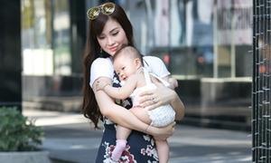 Diễm Trang đưa con gái hơn 6 tháng tuổi dạo phố
