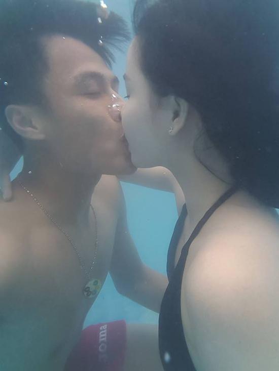 sao-viet-18-4-mac-hong-quan-hon-ky-han-duoi-nuoc-chi-pu-khoe-lung-tran-sexy-1