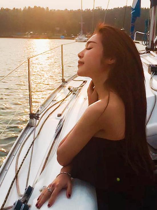 sao-viet-18-4-mac-hong-quan-hon-ky-han-duoi-nuoc-chi-pu-khoe-lung-tran-sexy-3