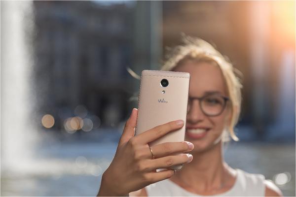 giai-tri-voi-smartphone-phap-man-hinh-5-5-inch-cung-loa-doi-song-dong