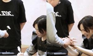 Tae Yeon bật cười, nắm tay fan nam đang run rẩy vì hồi hộp