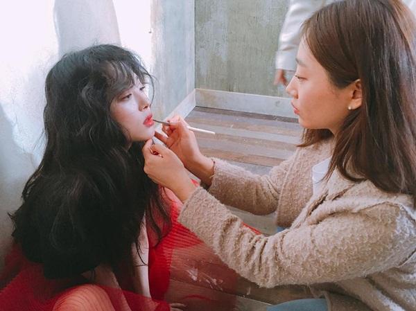 sao-han-19-4-sulli-khoe-nhan-sac-trong-anh-hau-truong-na-yeon-xu-mat-cute