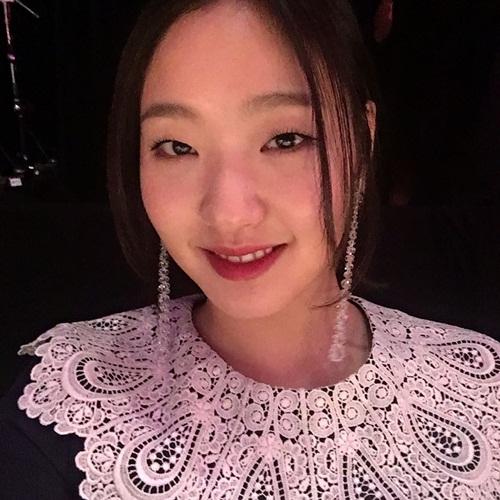 sao-han-20-4-yoon-ah-mac-vay-2-day-quyen-ru-lee-sung-kyung-khoe-ve-xi-tin-2