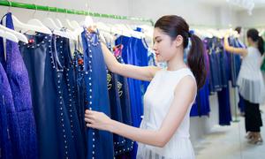 Á hậu Thùy Dung để mặt mộc, chạy xe máy đi sắm quần áo