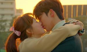 Những cảnh ôm, hôn 'nhìn là biết yêu nhau' của cặp 'Tiên nữ cử tạ'
