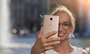 Giải trí với smartphone Pháp màn hình 5,5 inch cùng loa đôi sống động