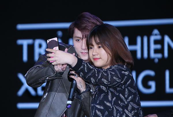 co-gai-duy-nhat-duoc-selfie-voi-son-tung-khien-fan-ghen-ty-4