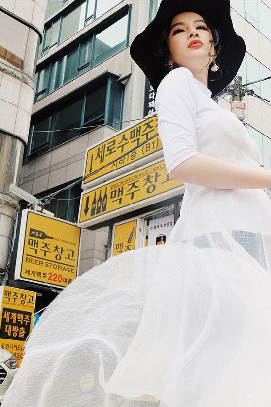 dien-do-tu-thiet-ke-angela-phuong-trinh-chat-lu-tren-duong-pho-hanangela-phuong-trinh-gui-tang-nguoi-ham-mo-bo-anh-street-style-chup-tai-han-quoc-trong-chuyen-giao-luu-voi-ekip-phim-she-was-pretty-gan-day-8