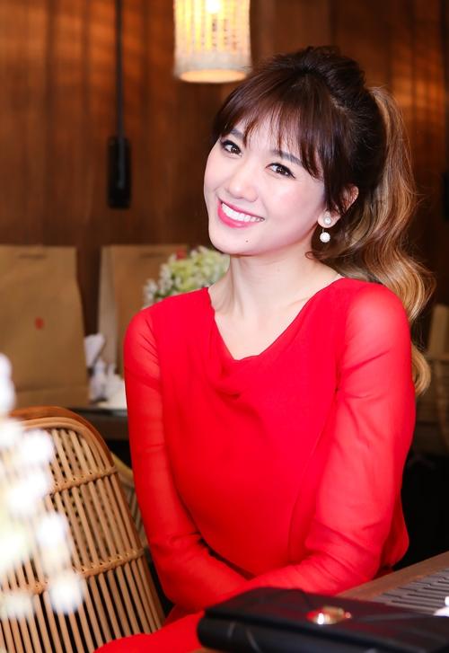 hari-won-dien-cay-do-do-sac-cung-nam-em-1