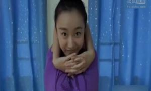 'Thánh nữ uốn dẻo' gây choáng khi xoay chân 180 độ
