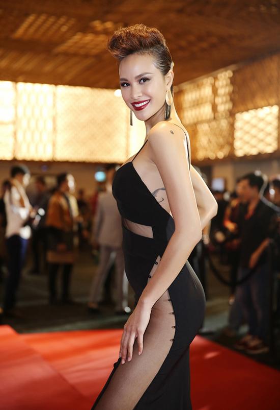 phuong-mai-choi-troi-voi-loat-vay-ho-bao-tren-tham-do-thoi-trang-6