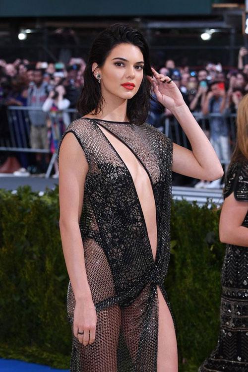 Mỹ nhân nhà Kardashian luôn biết cách tạo sự nổi bật với những bộ váy sexy trên thảm đỏ./