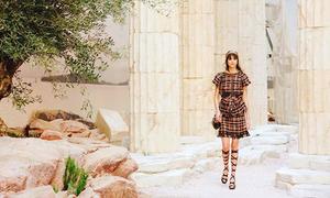 Người mẫu Chanel catwalk trên sỏi, Đỗ Mạnh Cường khoe mình làm show độc không kém