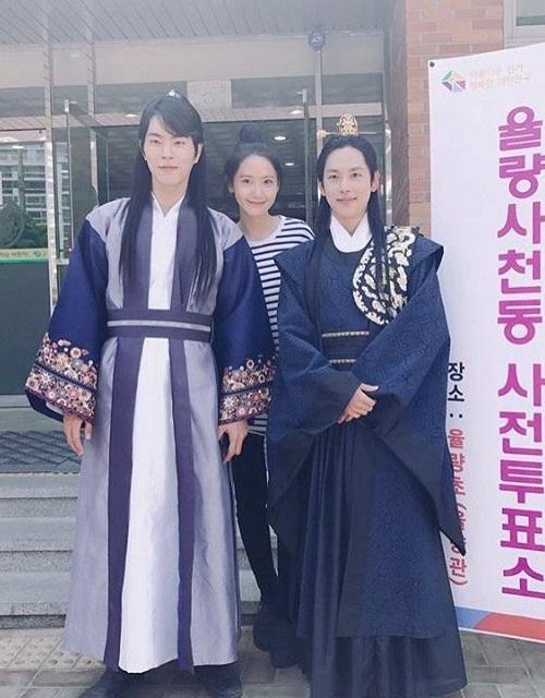sao-han-5-5-yoon-ah-rang-ro-ben-trai-dep-dara-khoe-style-chat-ngau