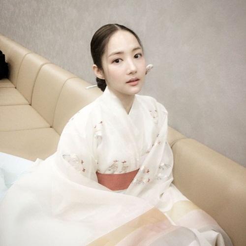 sao-han-5-5-yoon-ah-rang-ro-ben-trai-dep-dara-khoe-style-chat-ngau-2
