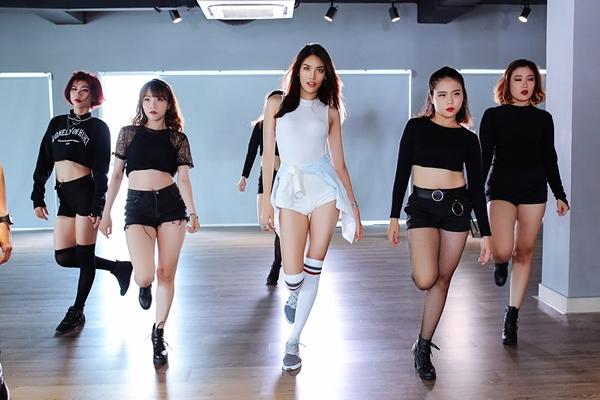 lan-khue-khoe-vu-dao-sexy-ben-quang-dang-3