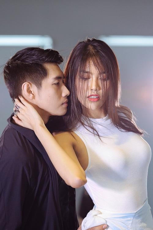lan-khue-khoe-vu-dao-sexy-ben-quang-dang-4