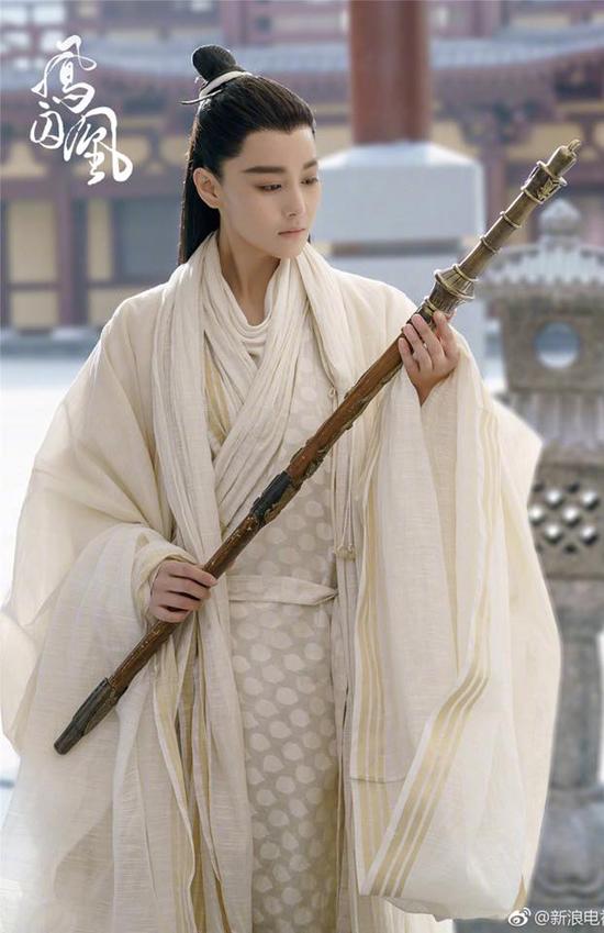 fan-soc-vi-vu-chinh-chon-sao-nu-dong-vai-nam-nhan-trong-phuong-tu-hoang