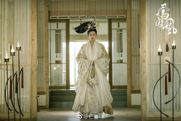 fan-soc-vi-vu-chinh-chon-sao-nu-dong-vai-nam-nhan-trong-phuong-tu-hoang-9