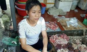 Bán thịt lợn giá rẻ, cô gái bị hắt dầu nhớt trộn chất thải lên người