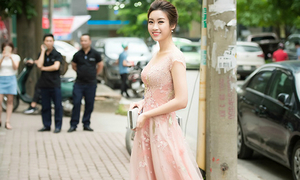 Hoa hậu Mỹ Linh hút ánh nhìn khi diện váy như công chúa trên phố