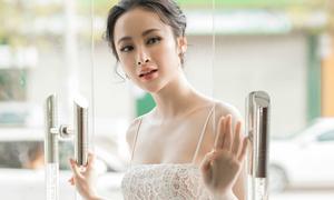 Angela Phương Trinh khoe đường cong S-line, được fan vây kín