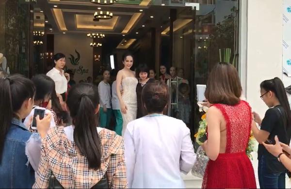 angela-phuong-trinh-khoe-duong-cong-s-line-duoc-fan-vay-kin-2