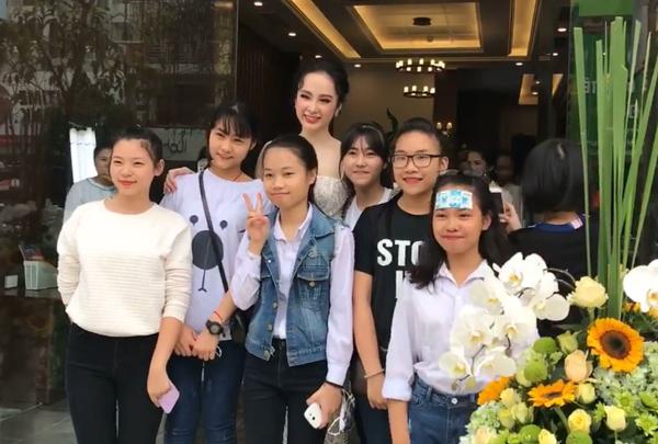 angela-phuong-trinh-khoe-duong-cong-s-line-duoc-fan-vay-kin-3