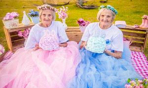 Cặp song sinh 100 tuổi siêu đáng yêu kiểu kẹo ngọt
