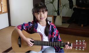 Đã xinh xắn lại còn hát hay đàn giỏi, cô bé này sẽ khiến bạn 'yêu ngay từ cái nhìn đầu tiên'