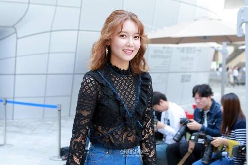 na-eun-nam-tinh-kim-so-hyun-gia-dan-tai-seoul-fashion-week-2