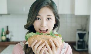 Tzuyu khi ăn cũng đẹp như đang quay quảng cáo